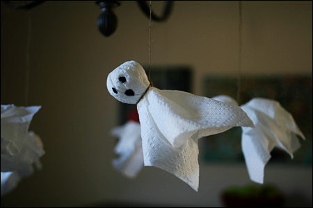 Halloween ghost craft from - Fabriquer decoration halloween ...